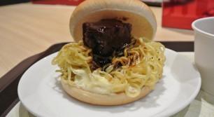 ロッテリアの麺屋武蔵ラーメンバーガー