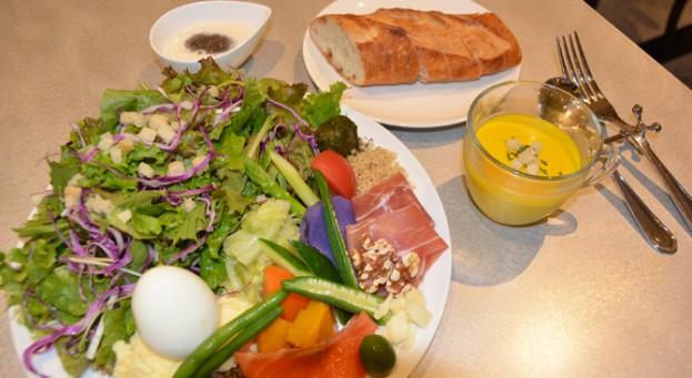 ÉPID'ORの季節のサラダ盛り合わせとハードパン